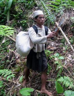 jakri membantu membuat tongkat bambu