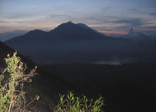 Gunung Abang pada pagi dini hari