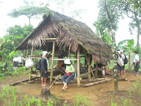 Pondok di Baduy Luar Cijahe tinggal kira-kira 2 km lagi Baduy