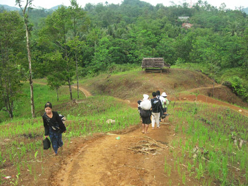 Trek turun menuju ke Cijahe, berpapasan dengan ibu Baduy barangkali habis belanja